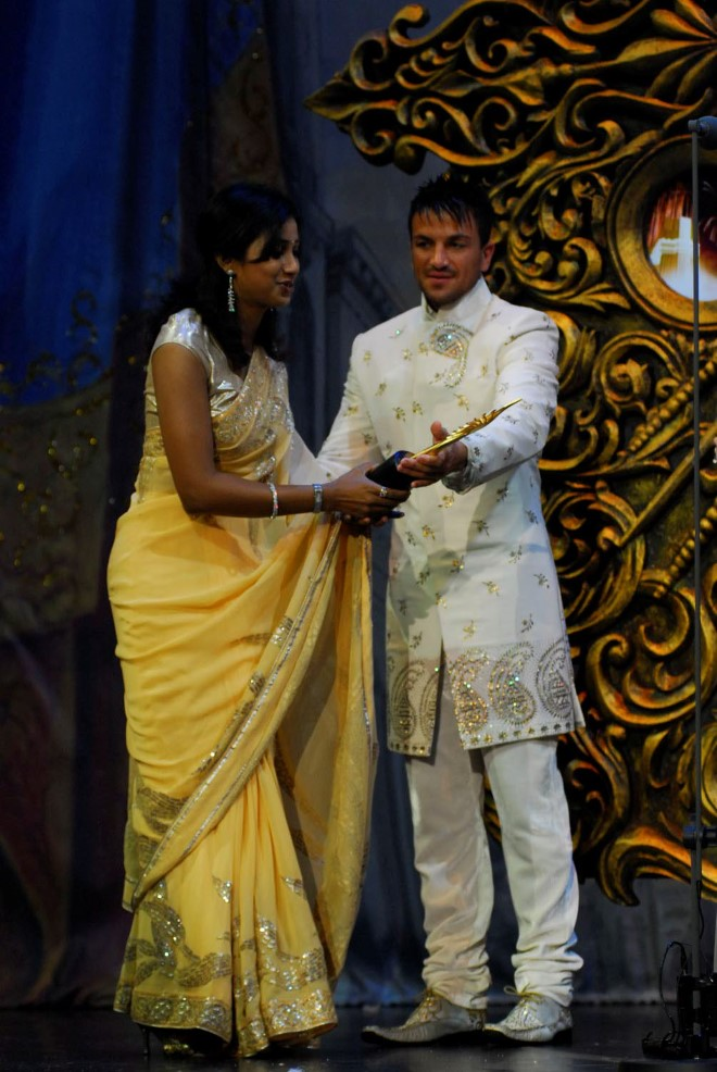 Peter Andre presenting Best Playback singer female Shreya Ghosal for Singh is King at IIFA Awards