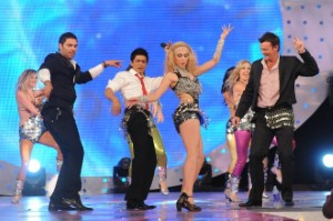 SRK, Adam Gilchrist and Yuvraj try belly dancing Reduced